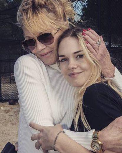 Stella del Carmen con su madre, Melanie Griffith en una imagen que compartió la actriz el pasado mes de junio.