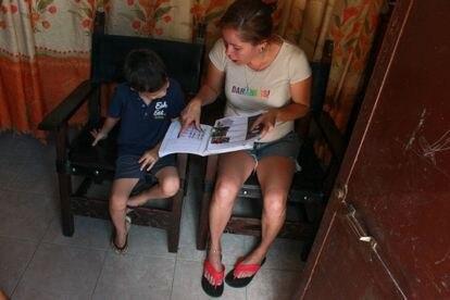 Carolina Castelin ayuda con la lección escolar a Deiber, uno de sus hijos, en Caracas, Venezuela. Pulse en la imagen para ver la fotogalería completa.
