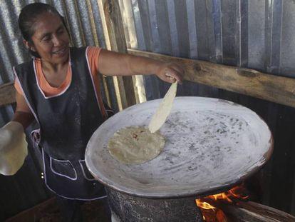 Una mujer hace tortillas en San Pablo Etla (Oaxaca).