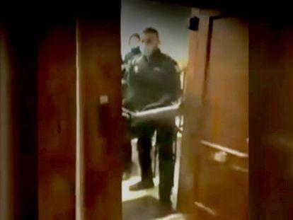 Secuencia de la intervención policial en la fiesta ilegal en un piso del pasado domingo 21 de marzo en la madrileña calle de Lagasca. TWITTER