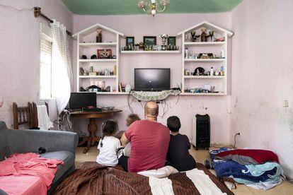 Djamal Zatout, en el salón de la casa en la que vivía junto a sus tres hijos, Kheira, Halima y Mustapha.