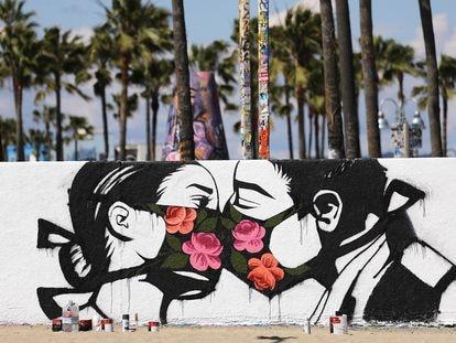 Obra del artista callejero Pony Wave en la playa de Venice (California, EE UU).