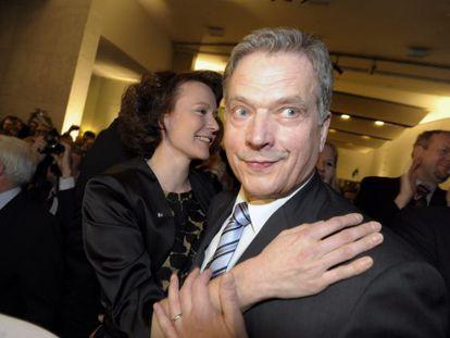 Sauli Niinistoe, al llegar con su esposa a la fiesta poselectoral en Helsinki.