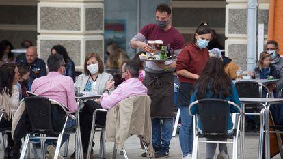 Varias personas, en la terraza de un bar en Ribadeo, Lugo.
