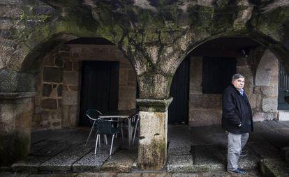 José Ramón Estévez, historiador y vecino de Ribadavia (Ourense), en la puerta de la casa de las hermanas Touza.