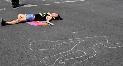 Un miembro del colectivo transgénero simula estar muerto durante una protesta en Ciudad de México.