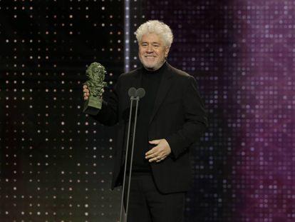 El director Pedro Almodóvar recoge el Goya a Mejor Guion Original, en la gala de este sábado.