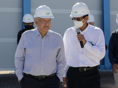 El presidente López Obrador (izquierda), durante un evento en Baja California en febrero.