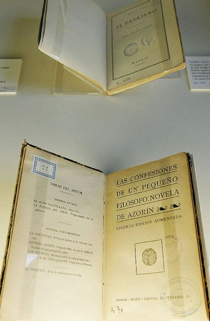 Detalle de dos libros de la exposición.