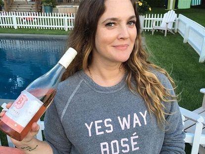 Drew Barrymore posa con una botella de rosado en Instagram.