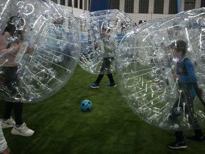 Varios niños juegan a pelota durante la inauguración de la Ciutat dels Somnis, este viernes.