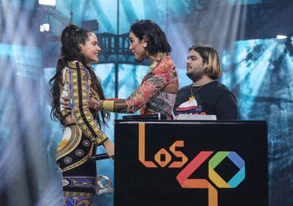 Rosalía, a la izquierda, y Dua Lipa se saludan en la gala de Los 40 Music Awards, en Madrid.
