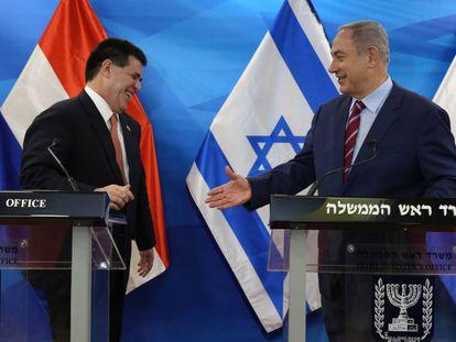 Netanyahu saluda al expresidente paraguayo, Horacio Cartes, en julio en Jerusalén.