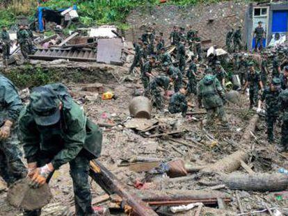 Más de 300 policías, militares y socorristas participan en las labores de búsqueda de 16 desaparecidos tras un deslizamiento de tierra