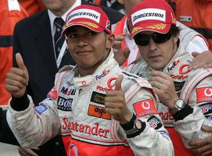 Lewis Hamilton y Fernando Alonso celebran en Montecarlo haber copado los dos primeros peldaños del podio.
