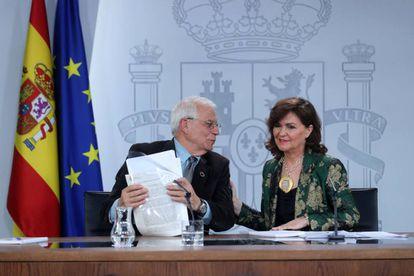 Carmen Calvo y Josep Borrell en el consejo de ministros.