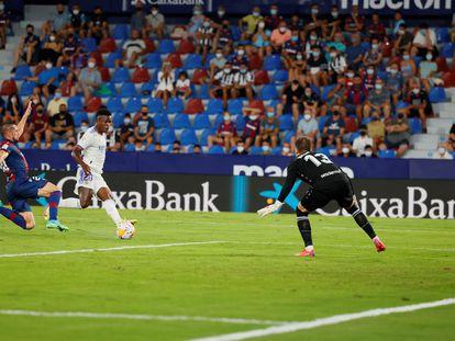 Vinicius marca su primer gol ante el Levante este domingo en el Ciutat de València.