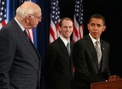 El presidente electo de EE UU en Chicago, junto a Paul Vockler, durante la presentación del nuevo órgano que supervisará la estrategia contra la crisis.