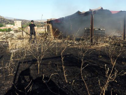 Una nave destrozada por las llamas, este martes en la localidad de Villaviciosa (Ávila).