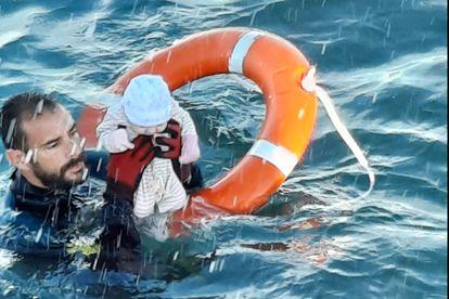 Juanfran, del Grupo Especial de Actividades Subacuáticas (GEAS) de la Guardia Civil de Ceuta, durante el rescate de un bebé, este martes.
