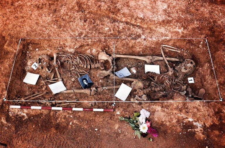 Imagen de dos de los cadáveres encontrados junto a objetos depositados por los familiares.