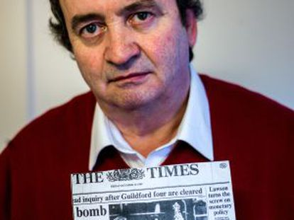 Gerry Conlon, uno de los 'cuatro de Guidford', con una copia del diario en el que se anunciaba su libertad.