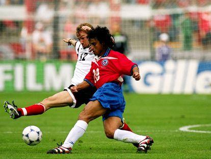 Fabián Estay compite contra Roman Mahlich de Austria, en la Copa del Mundo de 1998.