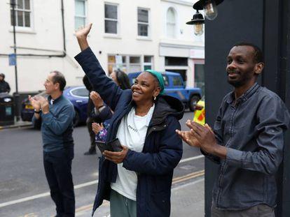 Un grupo de ciudadanos londinenses aplauden al personal sanitario del hospital Chelsea & Westminster por su labor en la lucha contra la covid-19 el 4 de junio de 2020.