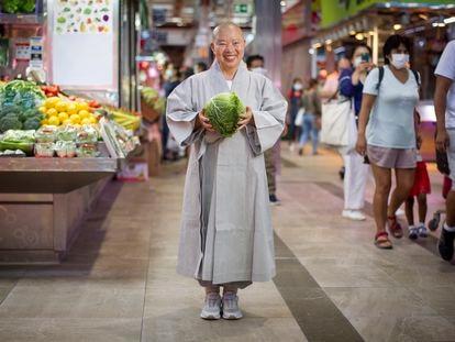 Jeong Kwan, cocinera coreana, visita y hace la compra el sábado pasado en el Mercado de Maravillas de Madrid.