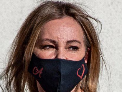 """La actriz Ana García Obregón durante el funeral de Álex Lequio en Alcobendas, 30 de junio 2020 en la foto : estampado con """"A"""" en la mascara"""