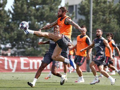 Sergio Ramos, en el entrenamiento de este lunes en Valdebebas.