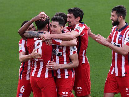 Los jugadores del Atlético celebran el segundo gol del Atlético al Cádiz (2-4), obra de Saúl, en el encuentro disputado en el Ramón de Carranza el pasado domingo. / (DPA).