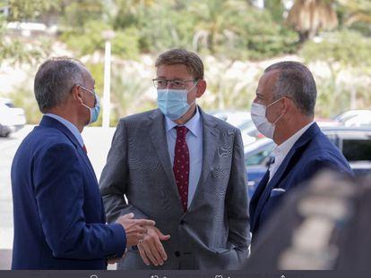 Ximo Puig, entre los representantes empresariales Salvador Navarro y Perfecto Palacio al asistir a la reunión del Comité Ejecutivo y la Junta Directiva de la CEV, en Elx (Alicante).