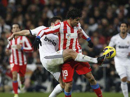 Diego Costa pugna por el balón con Xabi Alonso en el partido de la primera vuelta.