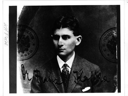 Reproducción de un documento de identidad de Kafka, en el que se aprecia en un sello la palabra 'Policía'.