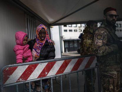 Una mujer y su hijo son desalojados por el ejército del centro de inmigrantes de Castelnuovo.