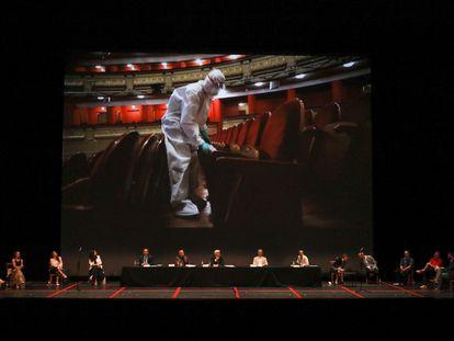Emisión de un vídeo demostrativo de la desinfección del Teatro Real durante la presentación de 'La traviata'.