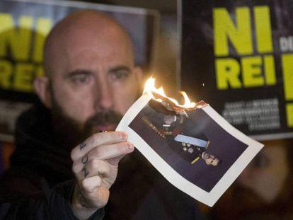 El concejal de la CUP en el Ayuntamiento de Barcelona Josep Garganté quema una foto del Rey