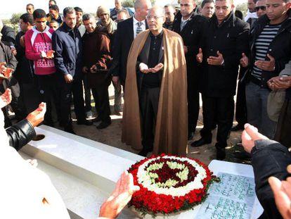 El presidente de Túnez reza ante la tumba de Mohamed Buazizi.