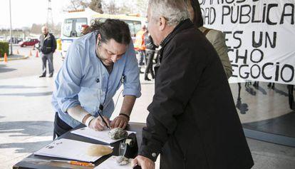 Recogida de firmas en el hospital de Bellvitge para reducir las listas de espera.