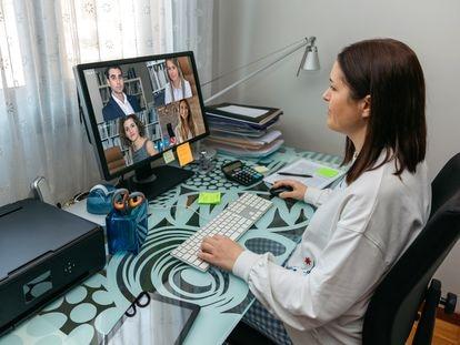 Los teletrabajadores apuntan como problemas el exceso de horas y la dificultad para desconectar y para conciliar.