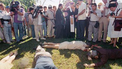 El arzobispo de San Salvador, Arturo Rivera y Damas rodeado de periodistas en el lugar en el que seis jesuitas (cinco de ellos españoles), han sido asesinados en la Universidad Católica de El Salvador.