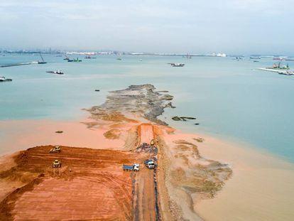 En Tuas, al oeste de Singapur, se ha ganado terreno al mar durante los últimos años para la construcción de un megapuerto.
