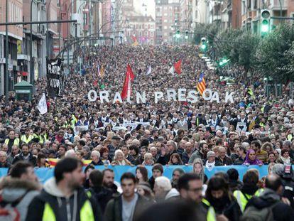 Miles de personas acuden a la manifestación en Bilbao por el acercamiento de los presos etarras.