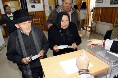 Antonia Patino, de 103 años, y José Pascua, de 102, votan en el municipio salmantino de Hinojosa de Duero, donde residen desde que nacieron en el año 1909.