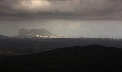 Vista del peñón de Gibraltar desde la finca de La Almoraima.