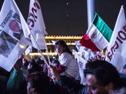 Simpatizantes de Morena en el Zócalo, el domingo.