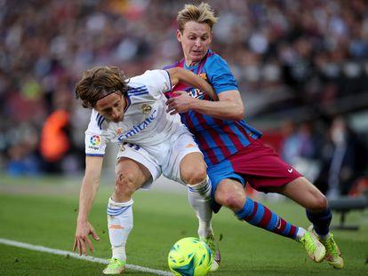 Modric protege la pelota ante De Jong, este domingo en el clásico del Camp Nou.
