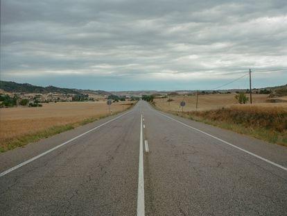 Una recta de la carretera N-II en la zona en que se pasa de Cataluña a Aragón.