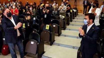 El presidente de ERC, Oriol Junqueras (izquierda), y el presidente de la Generalitat, Pere Aragonès, al inicio de la reunión del Consell Nacional de su partido en Barcelona.